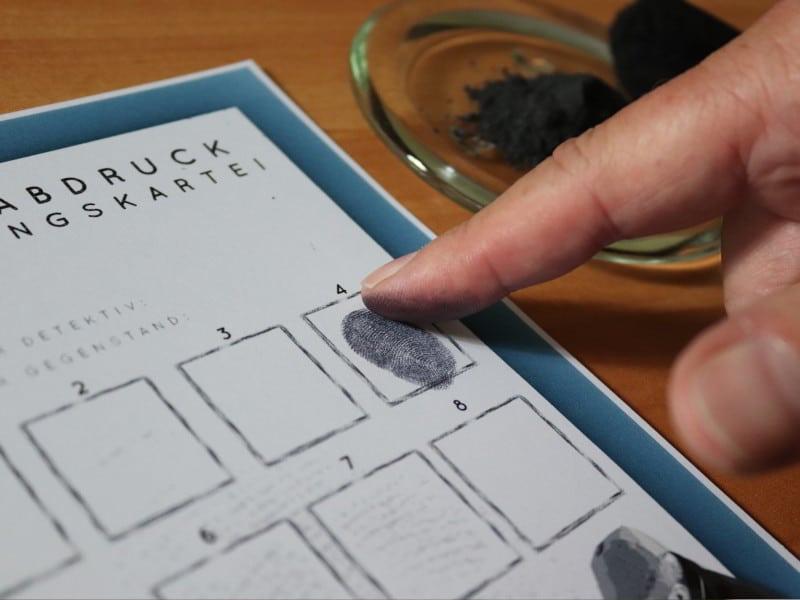 Detektiv und Fingerabdrücke in der Fingerabdrucksicherungskartei